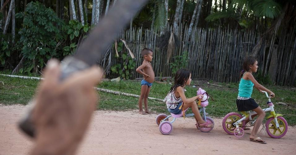11.ago.2013 - Crianças brincam em rua de terra no bairro Tarumã, em Melgaço. Há falta de atendimento básico de saúde às crianças na cidade