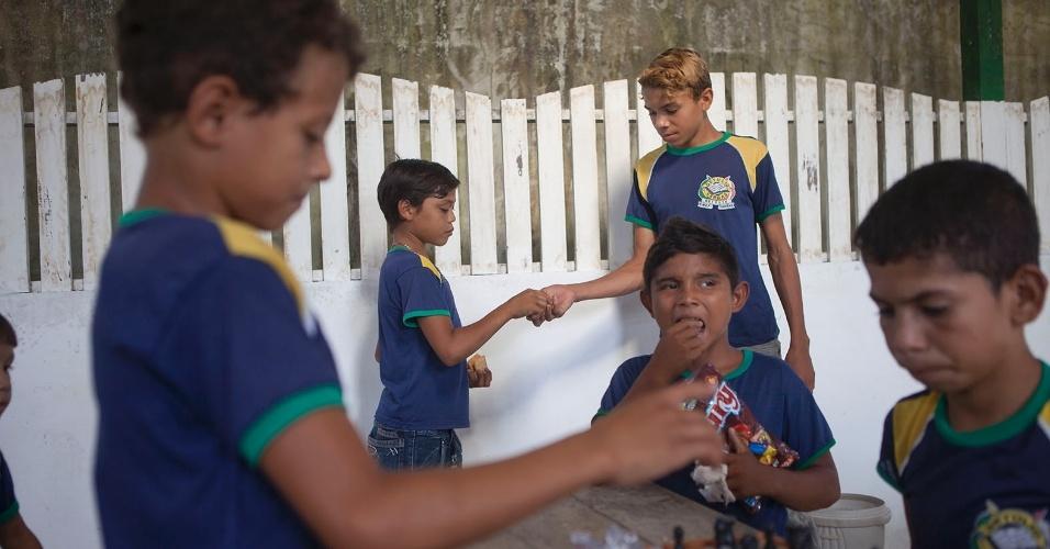 11.ago.2013 - Estudantes da escola Getúlio Vargas jogam xadrez durante o recreio, cena que destoa das atividades esportivas mais comuns em Melgaço