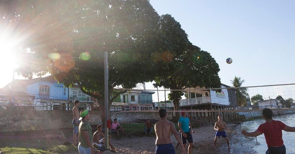 """11.ago.2013 - Jovens jogam vôlei no principal ponto de lazer e entretenimento de Melgaco, a """"praia do Jambeiro"""", na área central da cidade"""