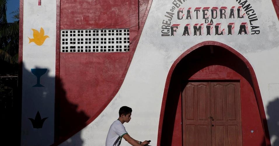 11.ago.2013 - Melgaço (a cerca de 300 km de Belém) tem várias igrejas de diversas vertentes espalhadas por suas áreas rurais. De acordo com moradores, o município possui mais templos evangélicos do que igrejas católicas