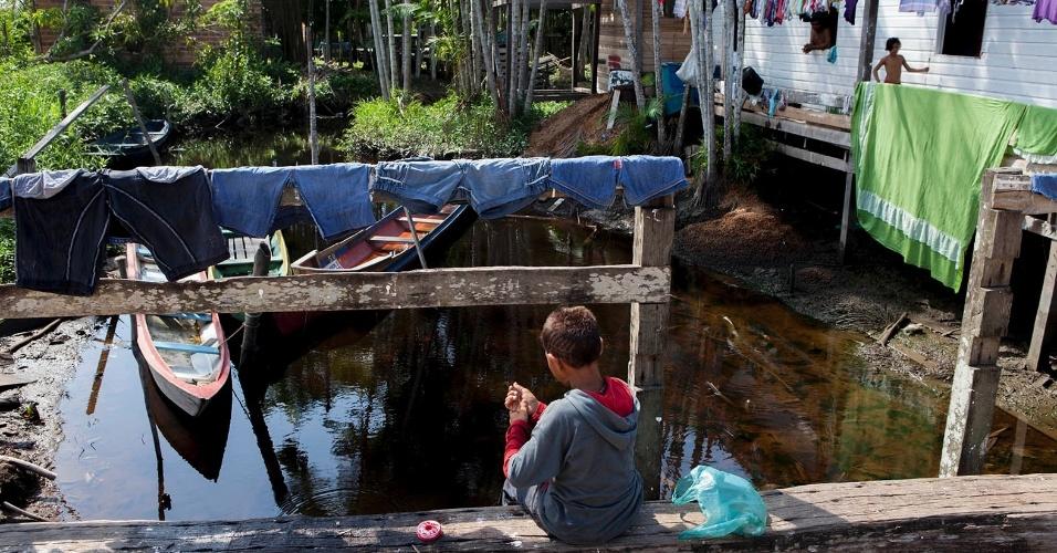 11.ago.2013 - Menino pesca em área de esgoto da cidade de Melgaço (a cerca de 300 km de Belém). Ele diz que os peixes que retira da água fazem parte da sua alimentação cotidiana