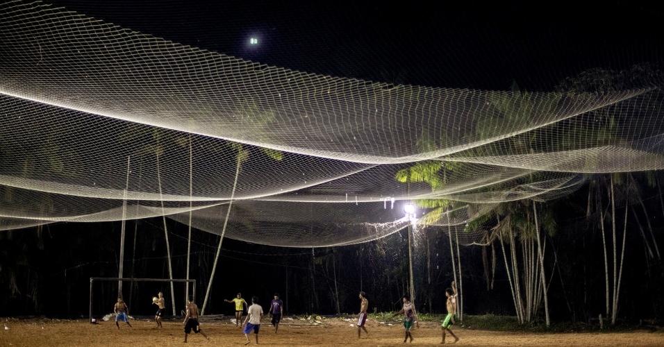 11.ago.2013 - O futebol é a principal diversão dos habitantes no município, campos de terra improvisados estão por todo o arquipélago