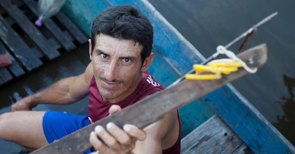 11.ago.2013 - O pescador Adelino Araujo, 37 anos, mostra arpão artesanal com o qual obtém sustento da família pescando tucunaré, peixe nobre na Amazônia brasileira. Carne é presença certa no prato da família e de casas que sevem o peixe na região
