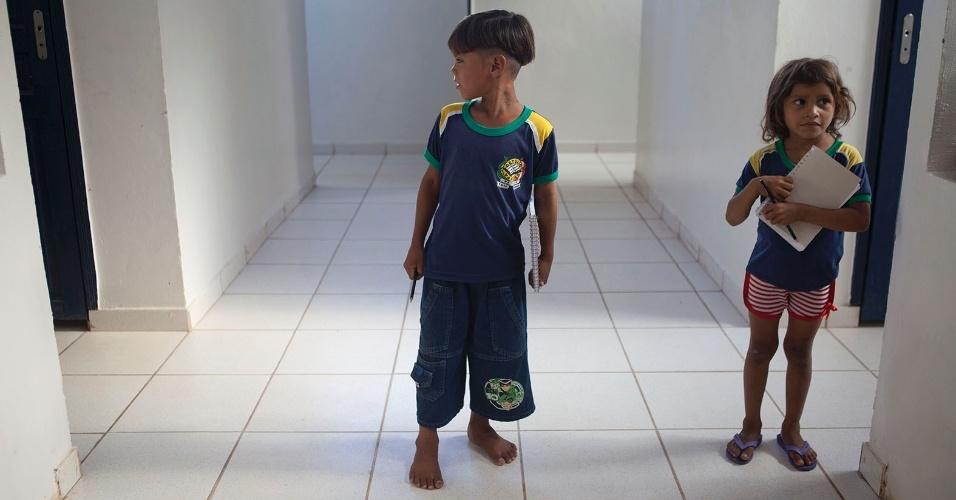 11.ago.2013 - Os estudantes Caique Santos e Maria Raimunda, ambos de 7 anos,  frequentam aulas na escola municipal Getúlio Vargas. No momento em que a reportagem esteve no local, o menino estava descalço