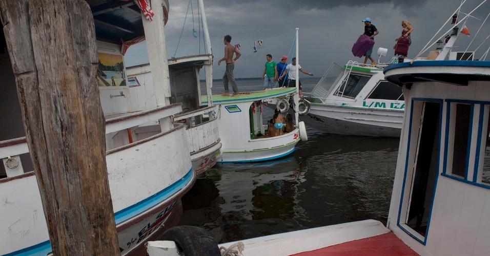 11.ago.2013 - Passageiros desembarcam de um dos principais meios de transporte para se chegar à cidade de Melgaço, as embarcações coletivas. Viagem leva quase um dia inteiro