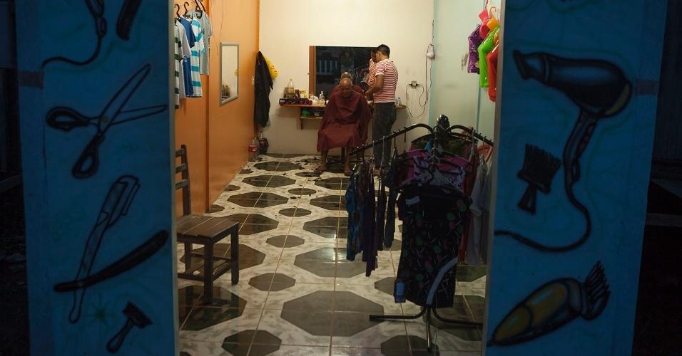 11.ago.2013 - Salão de beleza no bairro central da cidade: preços variam entre R$ 3 (para criança) e R$ 5 (para adulto). O local funciona também como uma loja de roupas improvisada