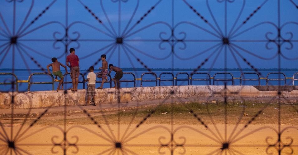 """11.ago.2013 - Sem muitas opções de lazer na cidade como parques e praças, meninos brincam no tradicional encontro de fim de tarde da cidade: a """"praia do Jambeiro"""""""