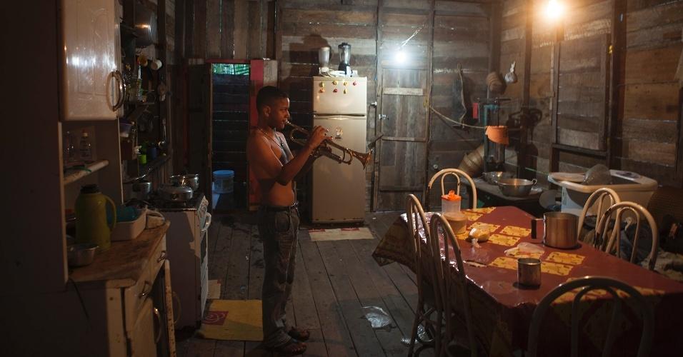 """11.ago.2013 - Wiverson Rocha, 11 anos, toca trompete dentro da palafita onde mora, no bairro central da cidade. Por influência do pai, que é músico, ela já toca em banda tradicional da cidade e diz que seu sonho é tocar como Arturo Sandoval (trompetista e pianista do jazz cubano) e conhecer o apresentador Luciano Hulck, da """"Rede Globo"""""""