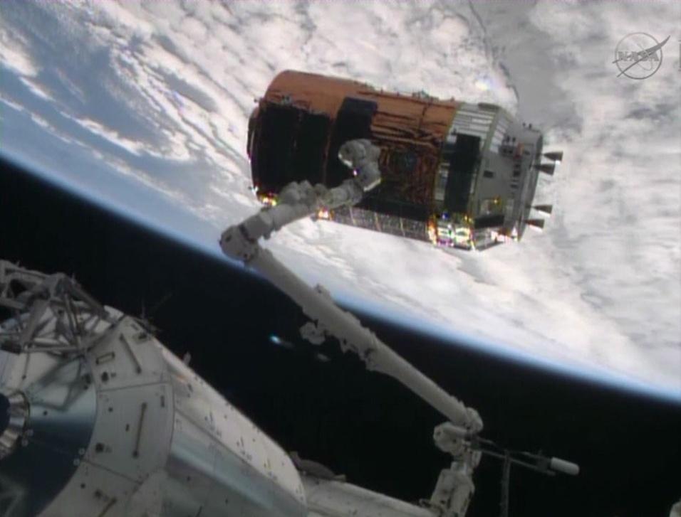 9.ago.2013 - O cargueiro espacial japonês Kounotori chegou à Estação Espacial Internacional (ISS, na sigla em inglês) com sucesso nesta sexta-feira (9), dois dias depois de ter sido lançado da base espacial na ilha de Tanegashima, em Kagoshima, no Japão. A astronauta da Nasa (Agência Espacial Norte-Americana) Karen Nyberg usou o braço robótico canadense da ISS para capturar o módulo, que traz cerca de 3,6 toneladas de equipamentos, experimentos e provisões para a tripulação, às 8h22 no fuso horário de Brasília - no momento, a plataforma estava na órbita da Terra, sobre a África do Sul, a 418 quilômetros de distância. No início de setembro, o veículo será carregado com lixo dos astronautas, separado da ISS e enviado de volta à Terra, quando será destruído na reentrada da atmosfera