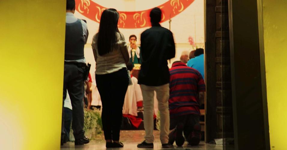 10.ago.2013 - Missa de 7° dia em memória da família do sargento da Rota Luís Marcelo Pesseghini, mortos em casa na Brasilândia. A missa foi realizada na igreja Santa Cruz de Itaberaba, na zona norte de São Paulo (SP), neste sábado