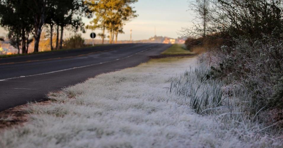 11.ago.2013 - Temperatura próxima de 0ºC provoca a formação de geada em alguns pontos da cidade de Sant'Ana do Livramento, no Rio Grande do Sul, neste domingo (11)