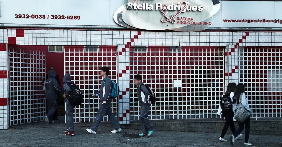 12.ago.2013 - Aulas voltam na escola Stella Rodrigues, no bairro da Freguesia do Ó, em São Paulo, nesta segunda-feira (12), onde estudava o jovem de 13 anos suspeito de ter assassinado pai, mãe, avó e tia avó e em seguida cometer suicídio no dia 5 de agosto