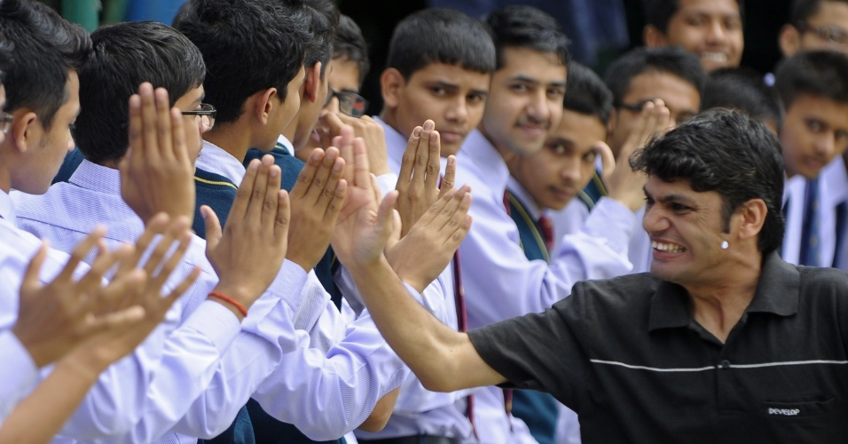 """12.ago.2013 - O nepalês Deepak Sharma Bajgain (dir.), 26 anos, tenta quebrar recorde de maior número de cumprimentos em um minuto, em Katmandu. Ele fez 212 """"high fives"""" (batida entre mãos espalmadas) em um minuto e superou o recorde do japonês So Takei, que fez 161, segundo os organizadores da tentativa"""