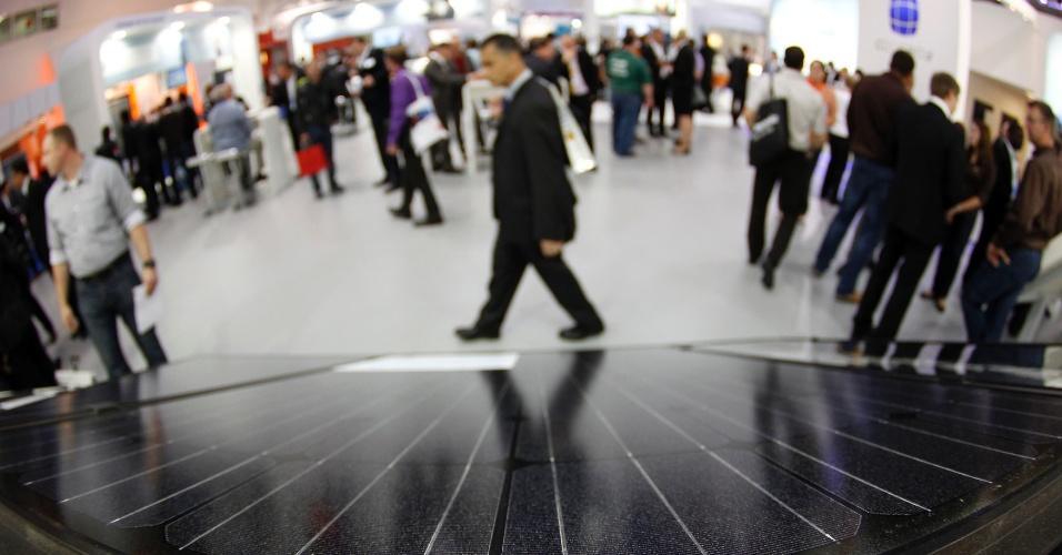 """Agosto - O governador da Califórnia (EUA), Jerry Brown, propôs um aumento no armazenamento de energia para uma melhor integração das fontes renováveis com o resto da rede de distribuição: o plano visa armazenamento de 1,3 gigawatts (GW) até 2020 - com essa capacidade, usinas conseguem abastecer mais de um milhão de casas. Para alcançar a meta, Brown disse que não pode """"contar apenas com luz solar"""" e sugeriu  """"engarrafar a luz do Sol"""" em uma palestra na conferência Intersolar, em San Francisco, em julho passado"""