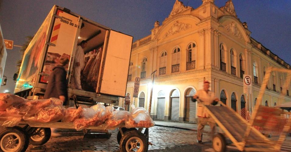 13.ago.2013 - Funcionários repõem estoques do Mercado Público de Porto Alegre, após 38 dias desde o incêndio que consumiu 10% estabelecimento, provocado por um curto-circuito em um restaurante, na noite de segunda-feira (12). O mercado reabrirá às 10h desta terça-feira (13)