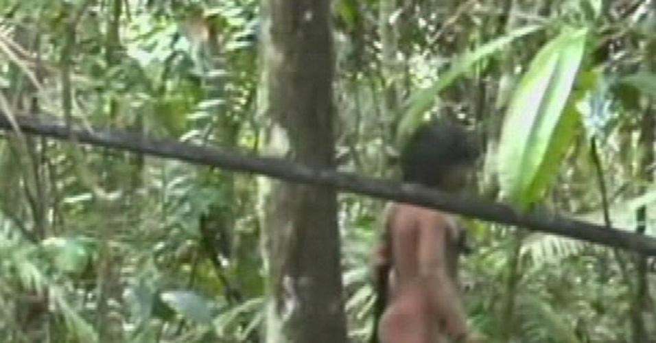 13.ago.2013 - Nove índios da etnia kawahiva andavam nus pela mata em Colniza, no Mato Grosso, quando foram filmados por uma equipe da Funai (Fundação Nacional do Índio). Esta é a primeira vez que a tribo, que evita contato com o homem branco, é registrada.  Os homens levavam arcos e flechas, indicando que são os guerreiros do grupo, enquanto as mulheres carregavam alguns objetos e as crianças (acima)