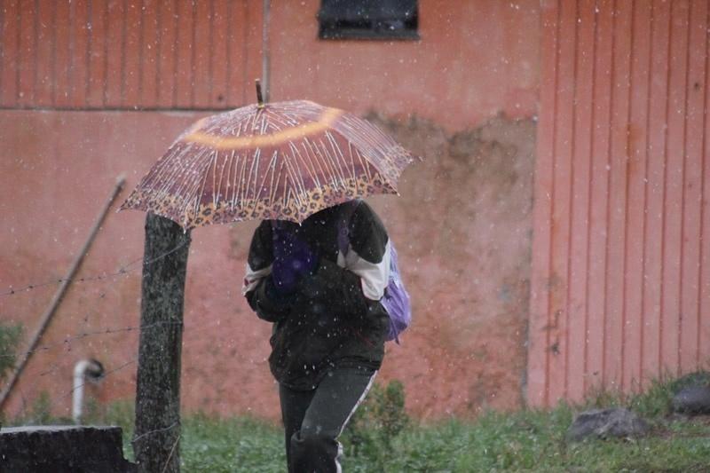 14.ago.2013 - A cidade de São Joaquim, em Santa Catarina, voltou a registrar neve na manhã desta quarta-feira (14). A queda de neve, que começou por volta das 7h05, durou cerca de 20 minutos. Os termômetros chegaram a marcar -0,1°C. Esta é a terceira vez que neva na cidade da serra catarinense neste ano