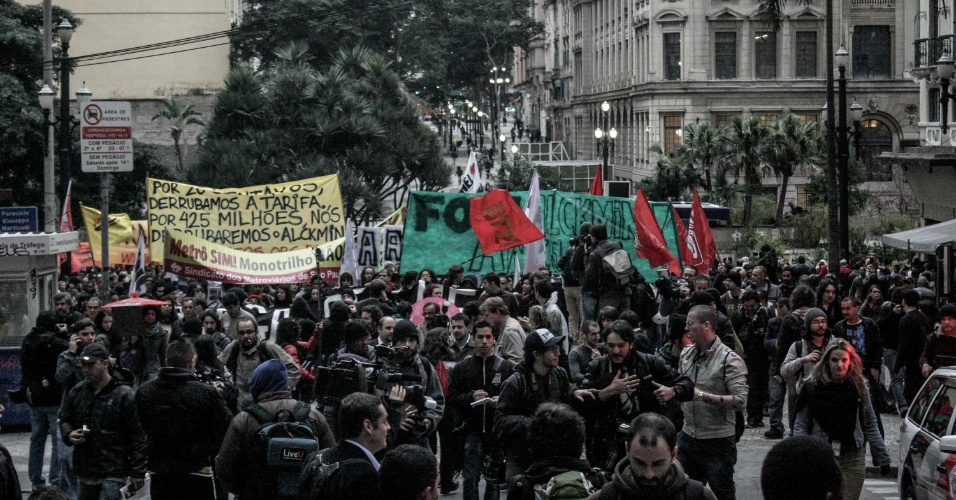 14.ago.2013 - Convocados pelo MPL (Movimento Passe Livre), manifestantes ocupam as ruas do centro de São Paulo em protesto contra a corrupção e por um transporte público de qualidade