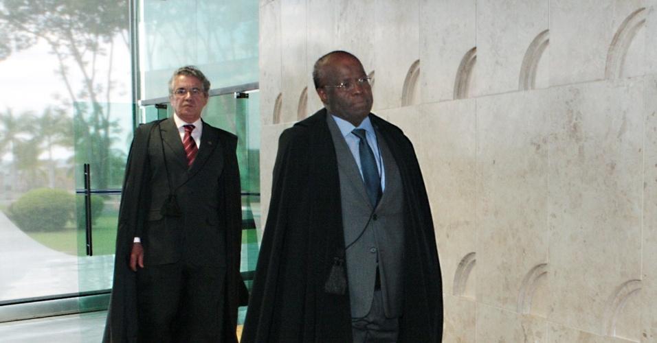 14.ago.2013 - O presidente do STF, ministro Joaquim Barbosa, chega ao plenário para o primeiro dia da retomada do julgamento do mensalão. Atrás dele, o ministro Marco Aurélio Mello