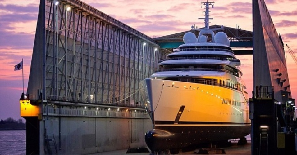 A lancha do xeique dos Emirados Árabes Unidos superou a embarcação de outro bilionário famoso, o russo Roman Abramovich, dono do Chelsea, da Inglaterra