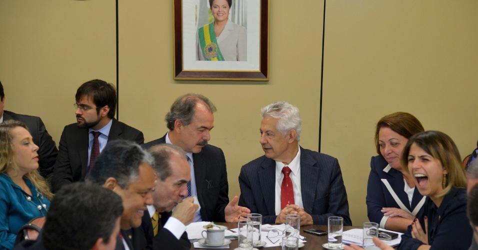 O ministro da Educação Aloizio Mercadante e a ministra das Relações Institucionais, Ideli Salvatti, participam de reunião com a liderança do governa na Câmara dos Deputados na manhã desta quarta-feira (14)