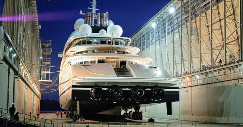 Quando for entregue ao seu proprietário, o iate Azzam vai precisar de uma eqipe de 50 funcionários para realizar viagens e dar apoio à tripulação
