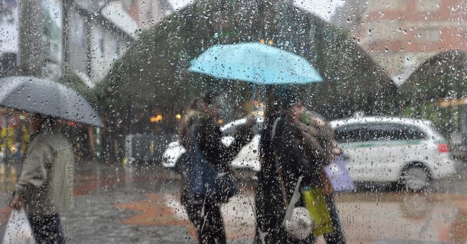 14.ago.2013 - Turistas enfrentam chuva e frio na cidade de Gramado (RS), nesta quarta-feira (14), para prestigiar o Festival de Cinema de Gramado