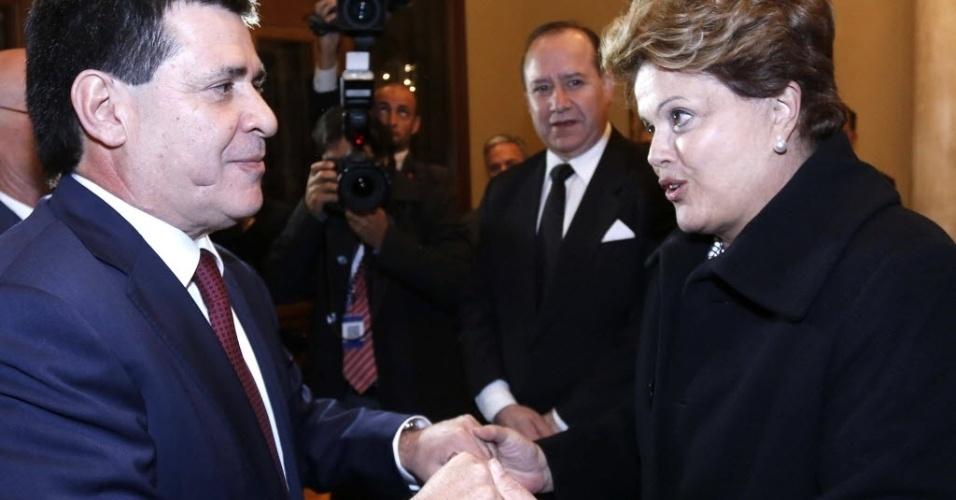 15.ago.2013 - A presidente Dilma Rousseff cumprimenta o presidente eleito do Paraguai, Horacio Cartes, em Assunção, nesta quinta-feira (15). Cartes tomou posse em cerimônia em que estiveram presentes delegações de diversos países