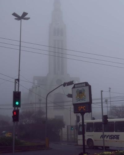 15.ago.2013 - Neblina encobre igreja em Caxias do Sul (RS) em manhã de forte frio nesta quinta-feira (15)