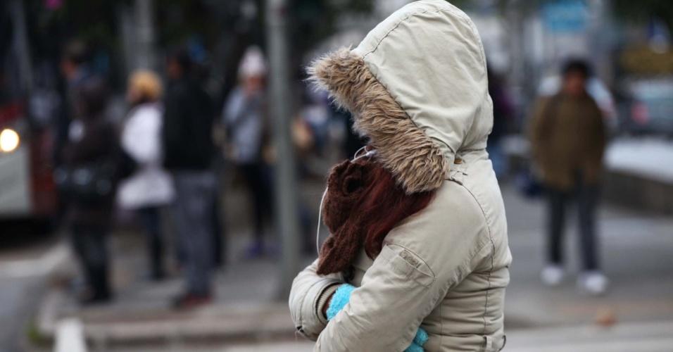 15.ago.2013 - Pedestre enfrenta forte frio na manhã desta quinta-feira (15) na avenida Ibirapuera, zona sul de São Paulo