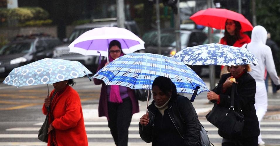 15.ago.2013 - Pedestre enfrenta frio e chuva na avenida Vereador José Diniz, no bairro do Campo Belo, zona sul de São Paulo, na manhã desta quinta-feira (15)