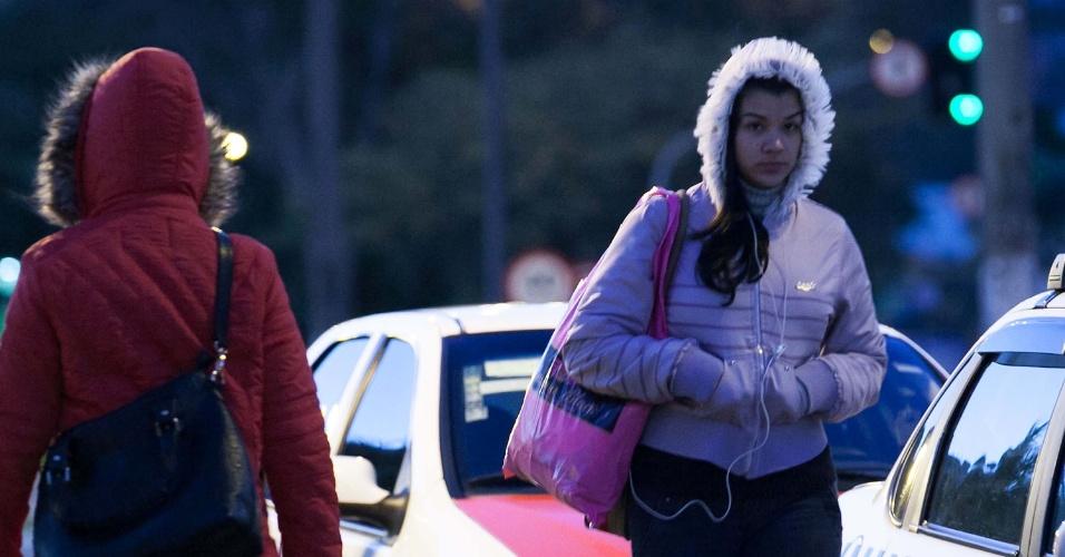 15.ago.2013 - Pedestres enfrentam forte frio na manhã desta quinta-feira (15) no centro de Florianópolis (SC)