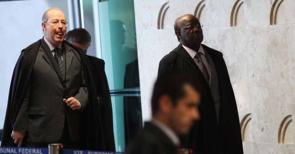 15.ago.2013 - Presidente do STF (Supremo Tribunal Federal), Joaquim Barbosa, e ministro Celso de Mello chegam ao plenário para o segundo dia da retomada do julgamento do mensalão