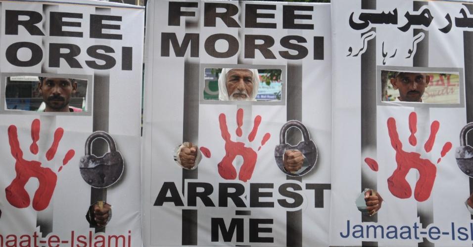 16.ago.2013 - Ativistas de vários partidos políticos, incluindo o Jamaat-e-Islami, seguram cartaz onde se lê, em inglês,