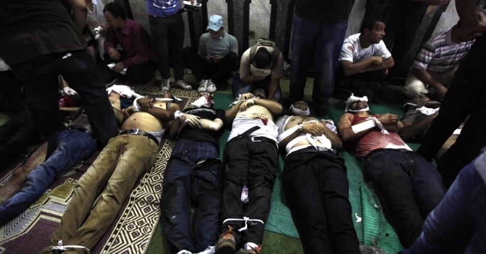 16.ago.2013 - Corpos são enfileirados dentro de mesquita no Cairo, nesta sexta-feira (16). Um protesto realizado por partidários do presidente deposto do Egito Mohamed Mursi acabou em choque com a polícia. O governo egípcio contabiliza dezenas de mortes