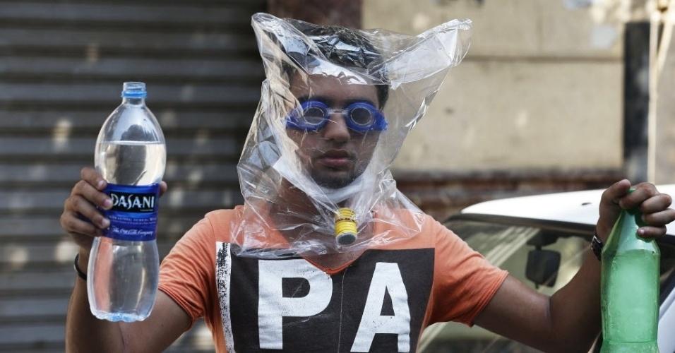 16.ago.2013 - Manifestante cobre o rosto com plástico para se proteger de bombas de gás lacrimogênio durante protesto no Cairo, nesta sexta-feira (16). O governo do Egito contabiliza dezenas de mortes durante os confrontos de hoje pelo país