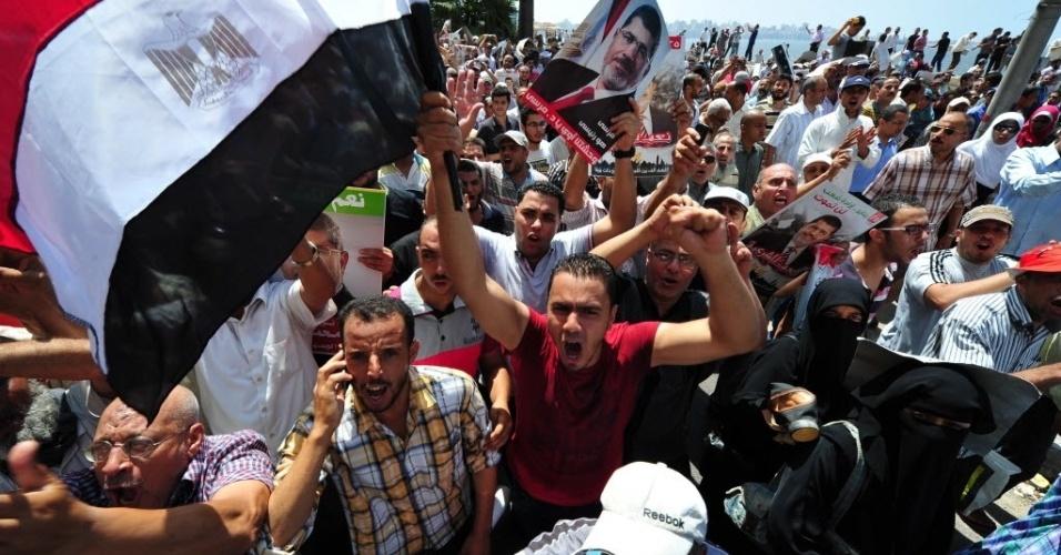 16.ago.2013 - Manifestantes leais ao ex-presidente deposto do Egito Mohamed Morsi protestam em Alexandria nesta sexta-feira (16). A Irmandade Muçulmana do Egito fez uma convocação nacional para uma