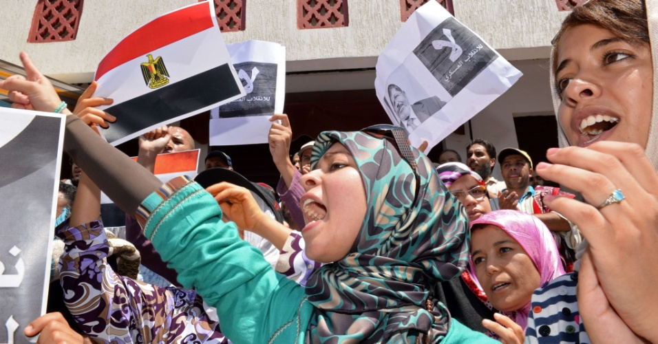 16.ago.2013 - Manifestantes marroquinos erguem bandeiras egípcias e gritam palavras de ordem durante protesto contra a violência no Egito e em apoio ao presidente deposto Mohamed Mursi