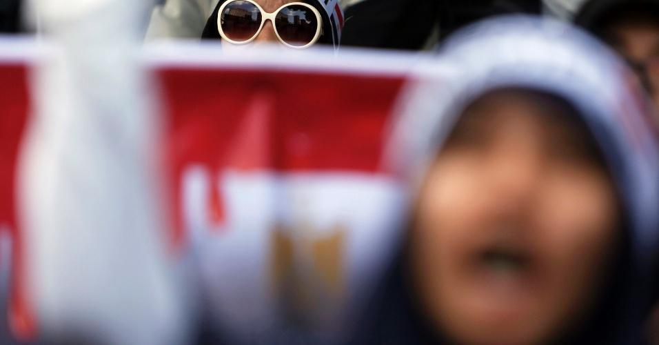 16.ago.2013 - Muçulmanos indonésios participam, nesta sexta-feirra (16), em Jacarta (Indonésia), de passeata contra o massacre ocorrido no Egito, em que forças do governo mataram mais de 600 pessoas que protestavam contra o golpe militar ocorrido há um mês. A ação foi condenada por diversos países