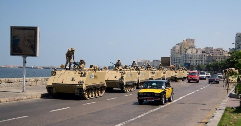 16.ago.2013 - Soldados do exército egípcio com veículos blindados fazem guarda de ruas do Cairo, Egito, nesta sexta-feira (16). A Irmandade Muçulmana do Egito fez uma convocação nacional para uma