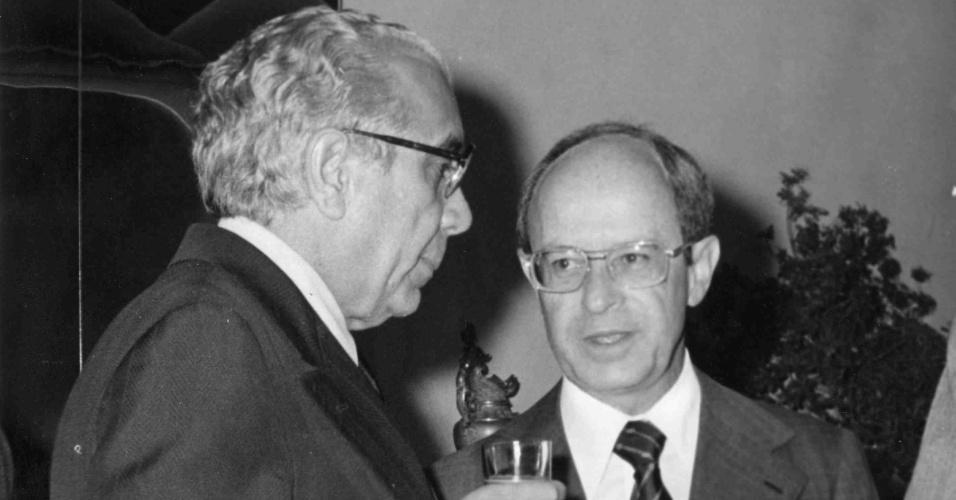 1979: Aloysio de Andrade Faria (à dir.), banqueiro e empresário, com o também empresário José Ermírio de Moraes