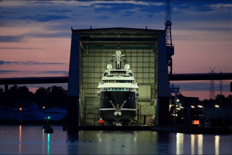 Com 180 metros de comprimento, a embarcação possui 50 suítes