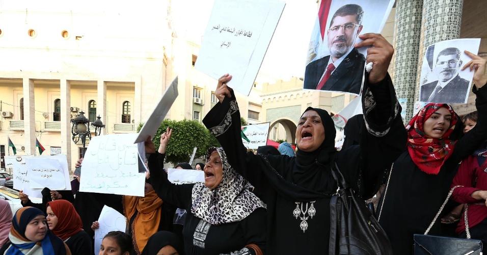 Líbios e egípcios que vivem na Líbia fazem protesto na praça Algeria, em Tripoli, Líbia, nesta sexta-feira (16) em apoio à Irmandade Muçulmana e ao presidente egípcio deposto, Mohamed Mursi