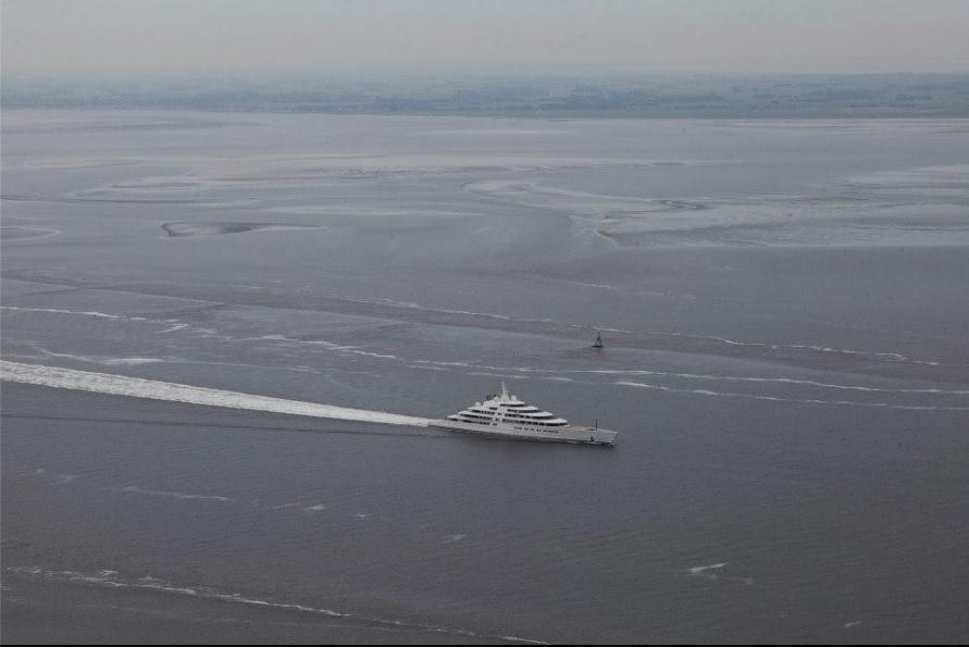 O iate Azzam durante o primeiro teste de mar. A embarcação será entregue ao xeque Khalifa bin Zayed al-Nayan (foto), dos Emirados Árabes Unidos, no final do ano