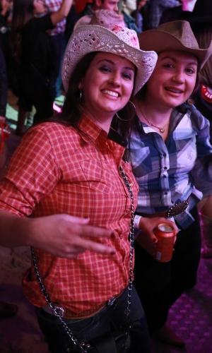 17.ago.2013 - Amigas posam para foto, nesta segunda noite da Festa do Peão de Barretos, no interior de São Paulo