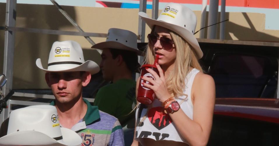 """17.ago.2013 - Cowgirl se refresca durante o tradicional """"esquenta"""" para o segundo dia de festa da 58ª edição da Festa do Peão de Barretos"""