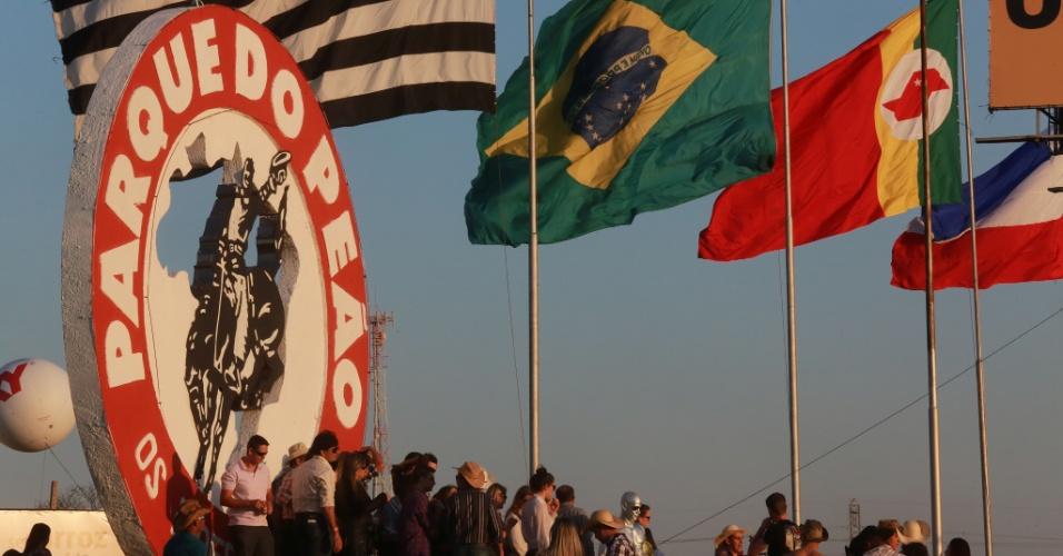 17.ago.2013 - Frequentadores chegam ao Parque do Peão, em Barretos (SP), neste sábado, para o segundo dia da 58ª edição da festa