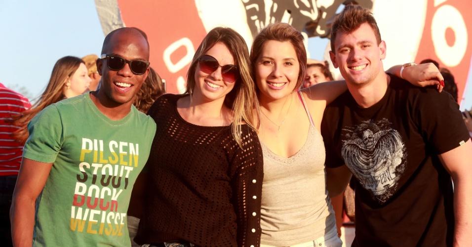 """17.ago.2013 - Grupo de frequentadores durante """"esquenta"""", neste sábado (17), na entrada do Parque do Peão, em Barretos (SP), onde acontece a 58ª edição da festa"""