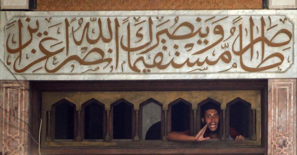 17.ago.2013 - Homem grita de janela da mesquita de Al-Fath, na praça de Ramsés, no Cairo, neste sábado (17). O local está ocupado por apoiadores do presidente deposto Mohammed Mursi e foi invadido por soldados egípcios. Os refugiados na mesquita convocaram novas manifestações após uma sexta-feira sangrenta que deixou mais de 80 mortos