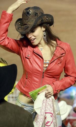 17.ago.2013 - Jovem dança durante show da show da Festa do Peão de Barretos, no interior de São Paulo segundo dia do evento --considerado o maior rodeio da América Latina